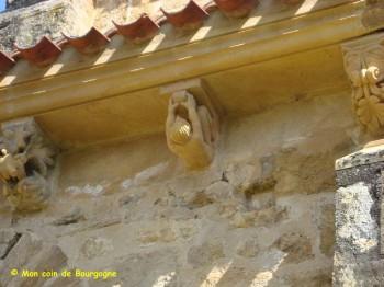 Anzy-le-Duc - détail sculpture sous toiture