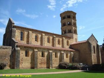 Anzy-le-Duc - Eglise du prieuré au soleil (© McB)