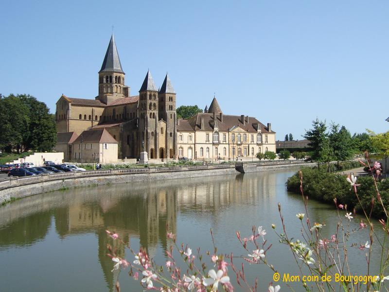 Paray le Monial - vue sur la basilique depuis le pont sur la Bourbince