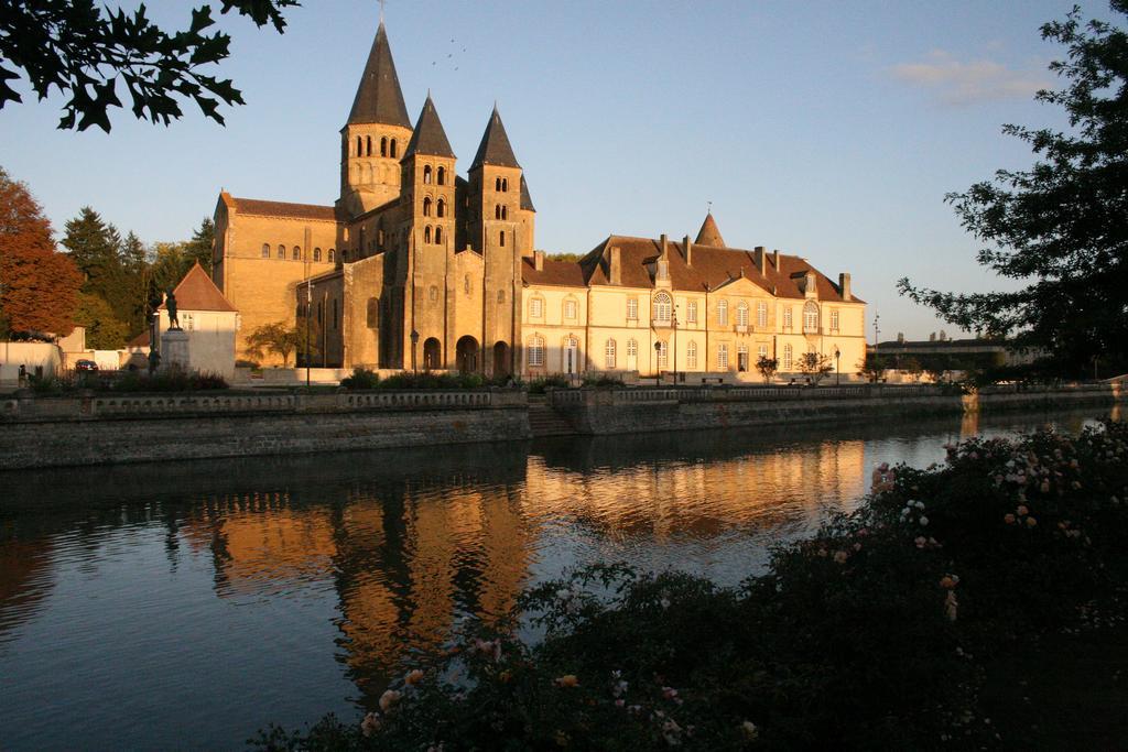 la basilique de Paray-le-Monial et son reflet