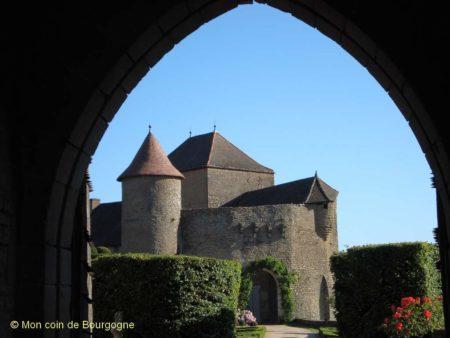 Vue depuis le porche - château de Berzé