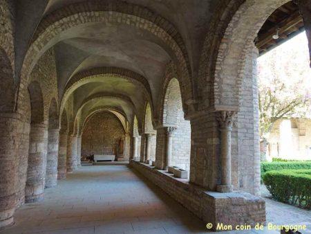 Cloître de l'abbaye de Tournus