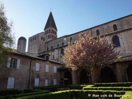Tournus - Vue d'ensemble de l'abbaye depuis le cloître
