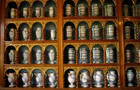 Les pots de l'apothicairerie de l'Hôtel-Dieu de Tournus