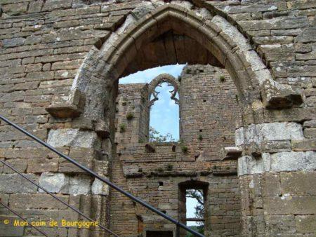 Porte et baie dans les ruines du château à Brancion