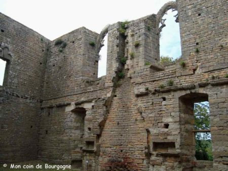 Ruines du château de Brancion